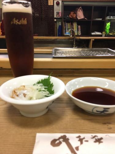 カウンターにて揚げたての天ぷらをいただきます。