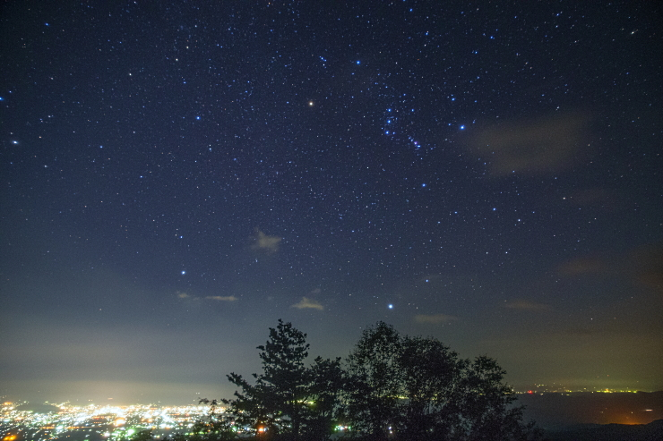 福島市街地から昇るオリオン