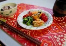 ニトリの赤いランチョンマットにお昼ご飯