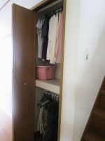 クローゼット1階 壁面収納に春~秋のはじめに着る服を