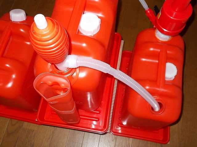 灯油ポリタンク 18リットル 3缶とポリカンポンプ・給油ポンプを使った灯油手動給油場完成、ポリカンポンプが取り付けられた画像右側灯油ポリタンクの灯油が少なくなったら、デコラステップ S オレンジ DS-SOR に置いた灯油ポリタンクから給油ポンプを使って灯油を移す