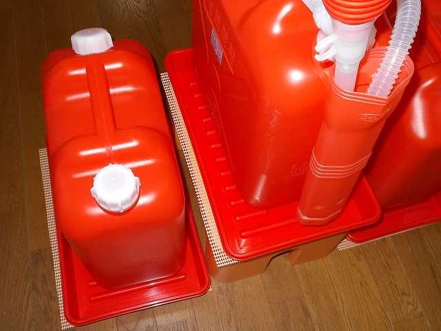 灯油ポリタンク 18リットル 3缶とポリカンポンプ・給油ポンプを使った灯油手動給油場完成、デコラステップ S オレンジ DS-SOR に置いてある灯油ポリタンクが少なくなったら、灯油が入っているポリタンク(画像左側)と交換する