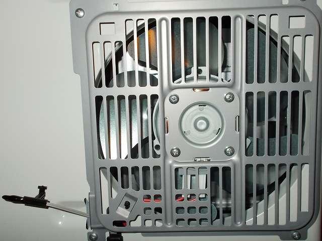 ダイニチ 石油ファンヒーター ウォームホワイト FW-3715LE(W)  ファンフィルター(おそうじラクラクフィルター)を取り外したところ、燃焼・温風空気取込口、室温センサー