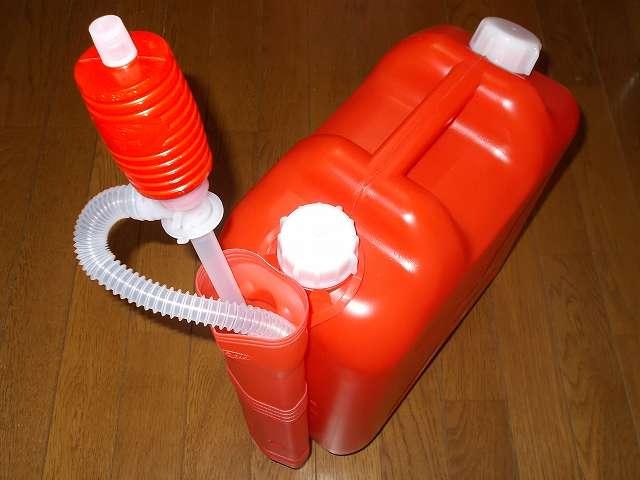 灯油ポリタンクにセットした北陸土井 デルデルポンプケース 2 HS-62 に三宅化学 灯油ポンプ トーヨーポンプ BD 型 TP-0002 を収納したところ