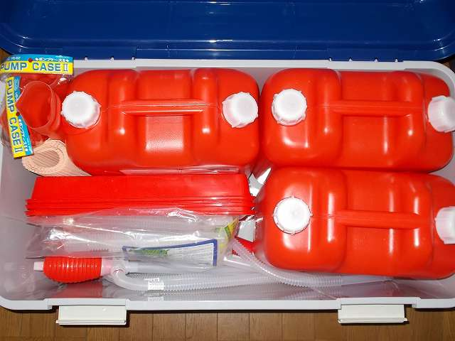 Iwatani 岩谷産業 灯油ポリタンク 18リットル 3缶の向きを変えて置いたアイリスオーヤマ ワイドストッカー AZ-860 の空いたスペースに給油関連アイテムを詰め込んだところ