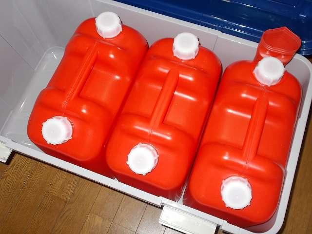 アイリスオーヤマ ワイドストッカー AZ-860 に Iwatani 岩谷産業 灯油ポリタンク 18リットル 3缶を入れたところ