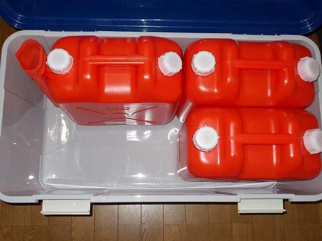 アイリスオーヤマ ワイドストッカー AZ-860 に Iwatani 岩谷産業 灯油ポリタンク 18リットル 3缶の向きを変えて置いたところ