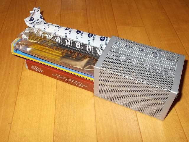 ナカバヤシ パンチングメタル ペンスタンド 角型 シルバーメタリック PS-K1SM に HEM インセンススティック プレシャスチャンダン、ホワイトセージ、ザ・ムーンを収納したところ