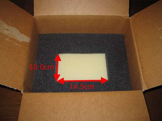 Seagate ハードディスク RMA 梱包箱 波打ちスポンジを取り出すと、HDD 1台分を収めることができる緩衝材用の黒いスポンジが間にセット、黒いスポンジ穴のサイズは 幅 14.5cm×奥行 10.0cm