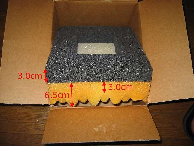 Seagate ハードディスク RMA 梱包箱 黒いスポンジを取り出してみると底面には先ほど取り出した波打ちスポンジと同じものが一緒にくっついている、黒いスポンジの厚さは 3.0cm、波打ちスポンジの厚さは 3.0cm~6.5cm