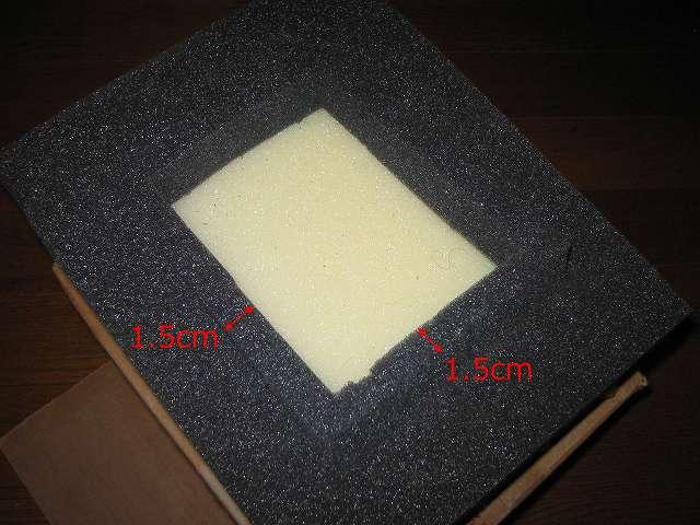 Seagate ハードディスク RMA 梱包箱 黒いスポンジの HDD 収納スペース上下左右に幅 1.5cm 分のスポンジ枠があり、切り取って外すことができるようになってる。おそらく HDD を静電気防止プラスチック・ケース(SeaShell) に入れた場合にこの 1.5cm のスポンジ枠を外して収納できるようになっているものと思われる。