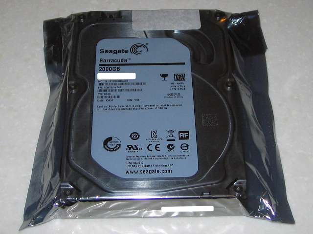 Seagate ハードディスク RMA 梱包作業、静電防止袋に Seagate ハードディスク ST2000DM001 1CH164-302 を入れテープで封をする