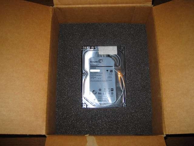 Seagate ハードディスク RMA 梱包作業、緩衝材用黒いスポンジの収納スペースに静電防止袋に入れた HDD をセット