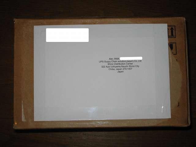 Seagate ハードディスク RMA 梱包作業、本 RMA 用の返送用ラベルを印刷する(ファイル名 ReturnLabel.pdf)または宛名ラベルの印刷(ファイル名 Mailing Label.pdf)のどちらかを紙に印刷して HDD を梱包したダンボールの横に貼付