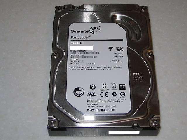 HDD 梱包作業を行うため PC ケースから Seagate ハードディスク ST2000DM001 1CH164-302 を取り外す
