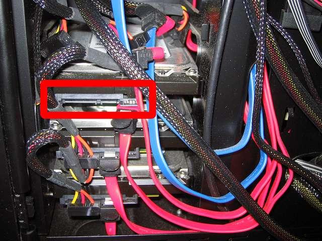 PCケース Three Hundred Two AB 旧HDD 電源ケーブルと SATA ケーブルを取り外した状態