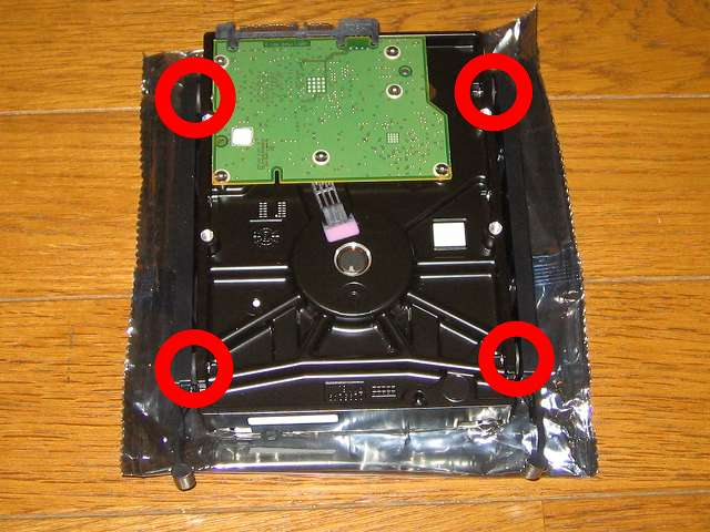 Amazon.co.jp 限定 Seagate 2T ハードディスク ST2000DM001/EWN メーカー保証2年+1年延長保証付き HDD のネジ穴部分に HDD 取り付け用プラスチックレールを装着