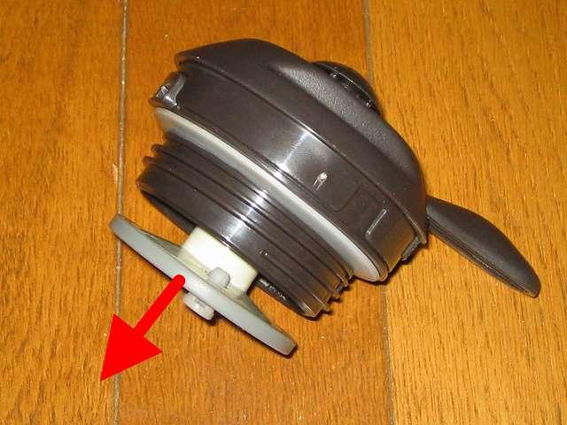 TIGER コーヒーメーカー 真空ステンレスサーバータイプ カフェブラック 8杯用 ACW-S080-KQ サーバーフタ裏側にある「あける」方向へ回したあと引っ張ると外れる