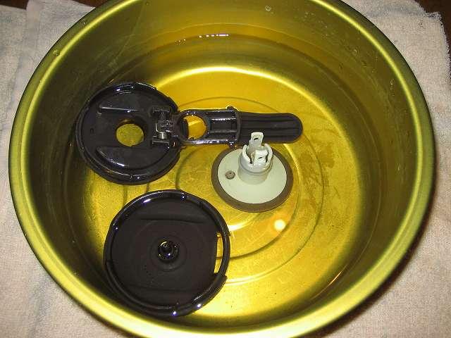 TIGER コーヒーメーカー 真空ステンレスサーバータイプ 8 杯用 ACW-S080-KQ コーヒー汚れ・こびりつきが付着したコーヒーサーバーフタを分解して、桶にお湯で溶かしたやさしい 洗濯用 酸素系漂白剤につけ置き洗いをする