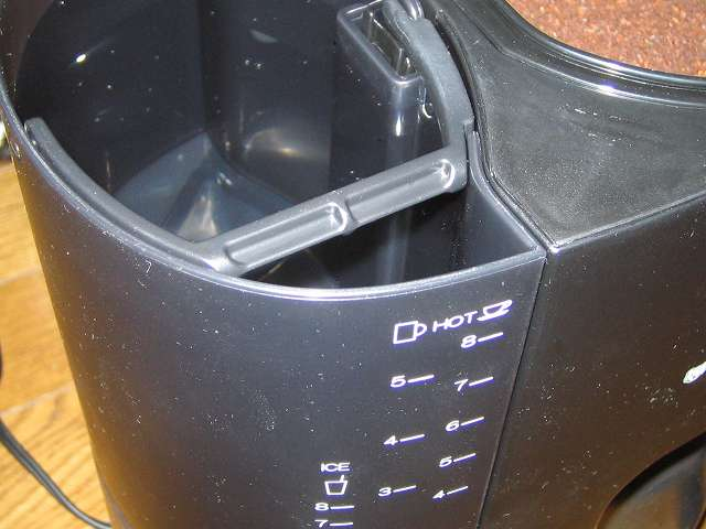 TIGER コーヒーメーカー 真空ステンレスサーバータイプ カフェブラック 8杯用 ACW-S080-KQ の水タンクにフタ付きピッチャー(容器)を使って水を補給