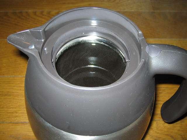 TIGER コーヒーメーカー 真空ステンレスサーバータイプ カフェブラック 8杯用 ACW-S080-KQ 真空ステンレスコーヒーサーバーのサーバーフタを外した内部、中身はドリップしたコーヒー約 1リットル