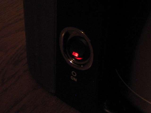 TIGER コーヒーメーカー 真空ステンレスサーバータイプ カフェブラック 8杯用 ACW-S080-KQ 本体内洗浄作業 スイッチ ON でスイッチのランプ部分が点灯(暗所撮影)