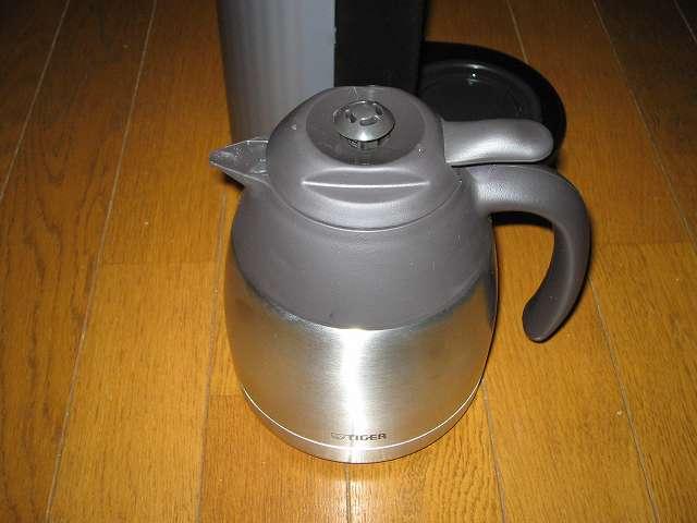 TIGER コーヒーメーカー 真空ステンレスサーバータイプ カフェブラック 8杯用 ACW-S080-KQ 本体内洗浄作業 ランプ消灯後、3分後 に神君ステンレスコーヒーサーバーを取り出し、中に入っているお湯を全部捨てる