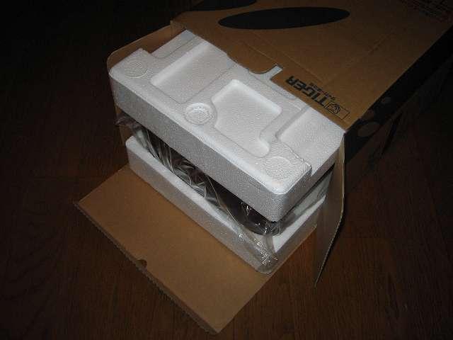 TIGER コーヒーメーカー 真空ステンレスサーバータイプ カフェブラック 8杯用 ACW-S080-KQ 開封、箱を横に倒して緩衝材をつかみコーヒーメーカー本体を引っ張り出す
