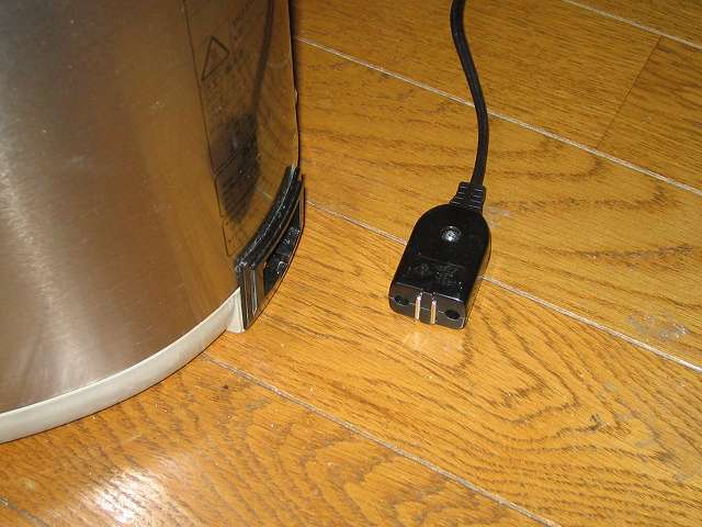 タイガー 電気まほうびん とく子さん 3L PVW-A300 メッシュフィルター取り外し、電源コードが抜いてあることを確認する