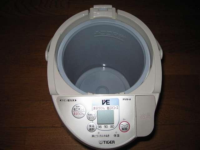 タイガー 電気まほうびん とく子さん 3L PVW-A300 内容器のふち部分、操作パネルの手垢をしぼったフキンで掃除
