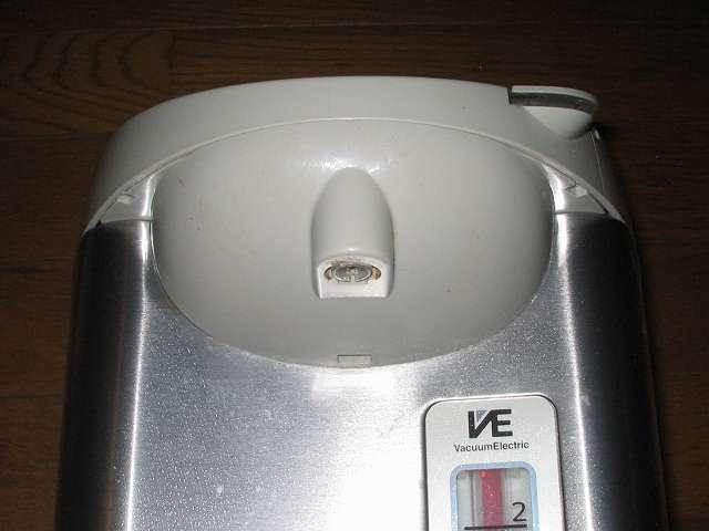 タイガー 電気まほうびん とく子さん 3L PVW-A300 注ぎ口付近とその周り、電気ポット本体のプラスチック外装の汚れをフキンで掃除、注ぎ口内部の汚れは水で濡らした綿棒を使用