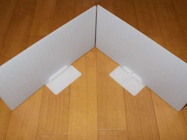 吉川国工業所 ST-05 サッと取出し 仕切板 L ホワイト 仕切り板にシングルスタンド、クロススタンドを取り付けたところ