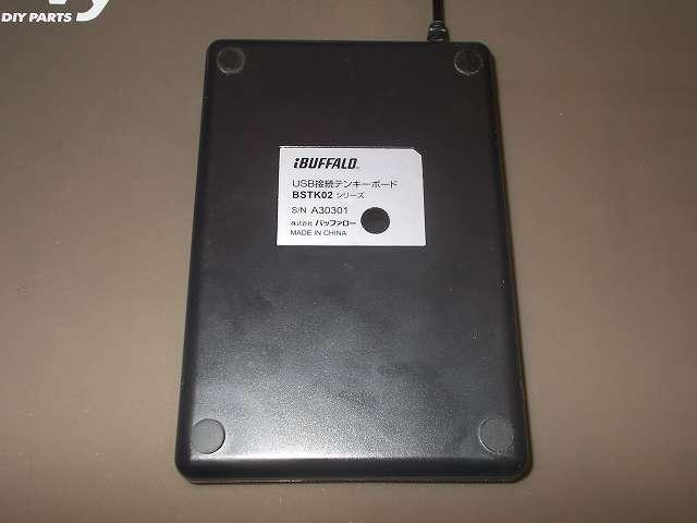 バッファロー テンキーボード USB接続 19mmピッチ ブラック BSTK02BK メンテナンス 分解作業、テンキーボード裏側の 4つのゴム足をはがしてネジを取り外す