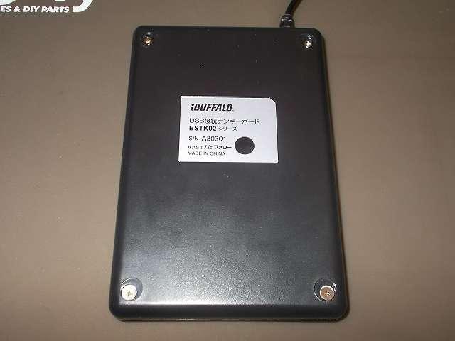 バッファロー テンキーボード USB接続 19mmピッチ ブラック BSTK02BK メンテナンス 分解作業、テンキーボード裏側の 4つのゴム足をはがしてネジを取り外す、上部・下部でネジのサイズが異なる