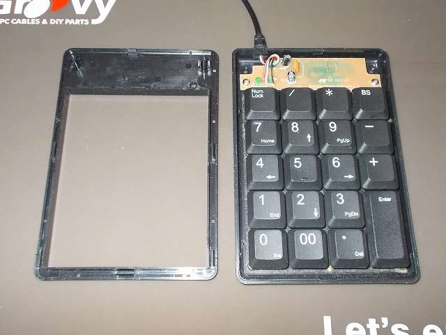 iBUFFALO テンキーボード USB接続 19mmピッチ ブラック BSTK02BK メンテナンス 分解作業、テンキーボードのケースを分解したところ