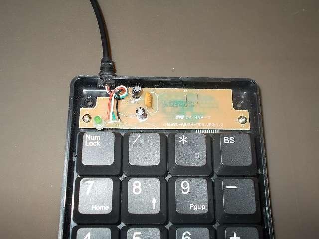 iBUFFALO テンキーボード USB接続 19mmピッチ ブラック BSTK02BK メンテナンス 分解作業、テンキーボードの基板とネジ 2本で固定