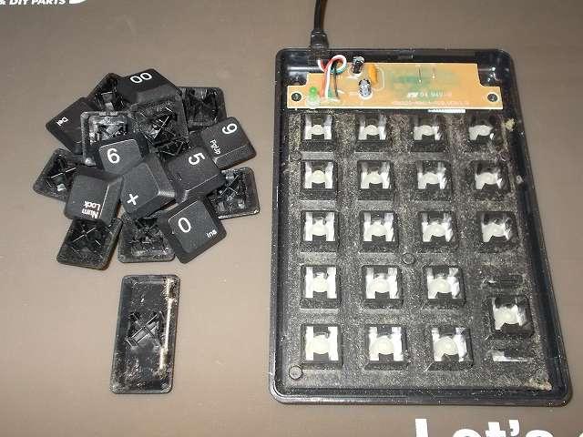 iBUFFALO テンキーボード USB接続 19mmピッチ ブラック BSTK02BK メンテナンス 分解作業、テンキーボードのキートップすべてを外す、キートップ引き抜き工具ではすき間があまりなくうまく取り外せないため、外したいキーの周りのキーを指で押しながら、キートップを対角線上に持ち上げて取り外す、エンターキーはスタビライザーがあるため最後に取り外す