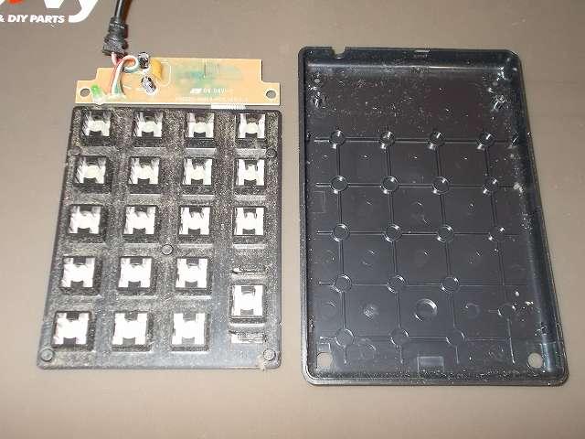 iBUFFALO テンキーボード USB接続 19mmピッチ ブラック BSTK02BK メンテナンス 分解作業、テンキー裏側下部のネジ 2本と基板のネジ 2本を外して、基板と鉄板をケースから取り外したところ
