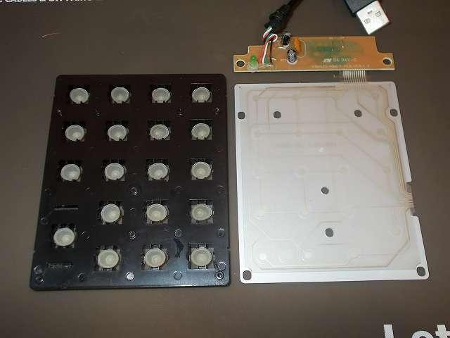 iBUFFALO テンキーボード USB接続 19mmピッチ ブラック BSTK02BK メンテナンス 分解作業、鉄板からフィルム基板とハウジングフレームを取り外したところ、ハウジングフレームにあるゴム椀はすべて個別に独立(19個)しているため無くさないように注意