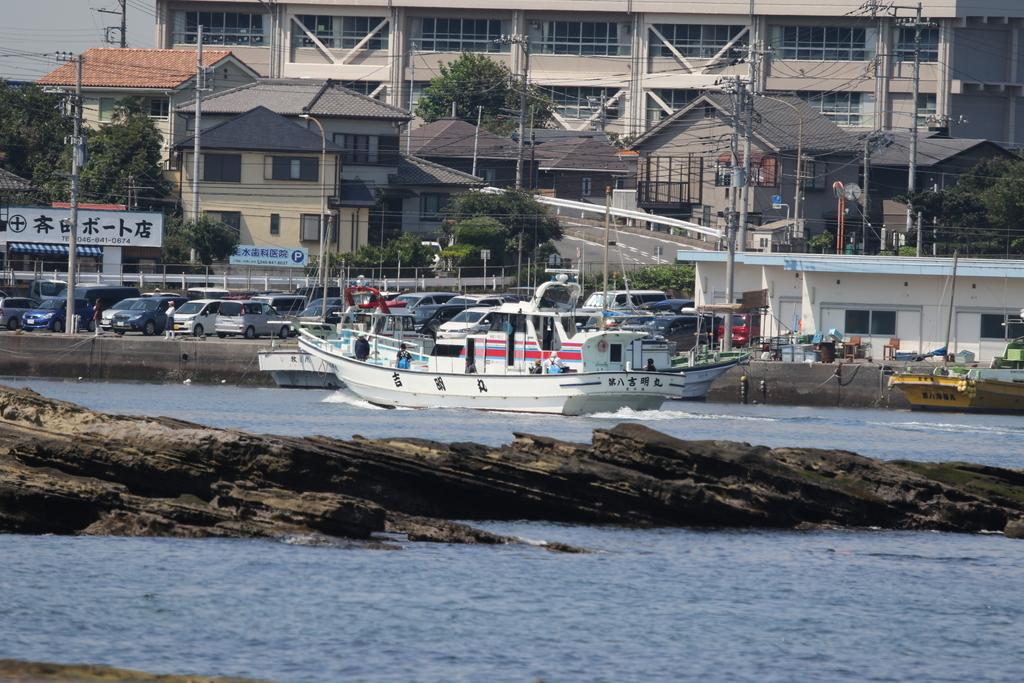 走水の漁港に釣り船が戻ってきた_2