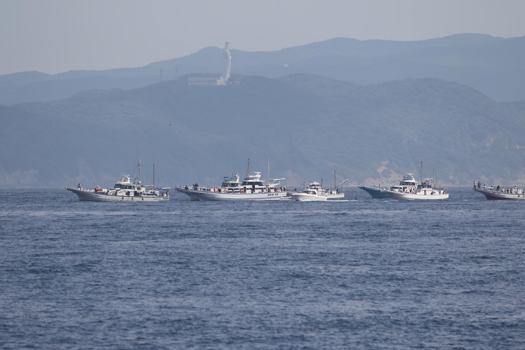 東京湾観音像の真下では、まだ釣り船が頑張っている