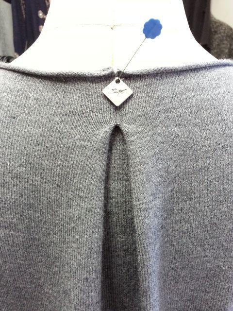 ニット衿ぐりタックで小さく5