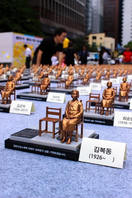 韓国、500人分のミニ少女像「世界慰安婦の日が(8月14日)」2