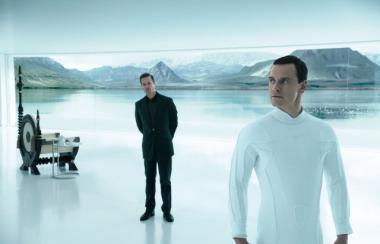 『エイリアン:コヴェナント』 デヴィッド(マイケル・ファスベンダー)誕生の場面。この場面は『プロメテウス』より前の話ということになる。