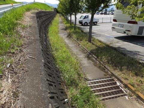 暗渠の小石和用水路