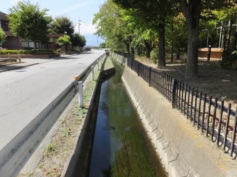 小石和用水路・笛吹市スコレーセンター付近