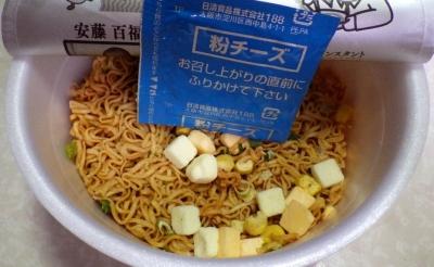 8/14発売 チキンラーメンどんぶり トリプルチーズ(内容物)