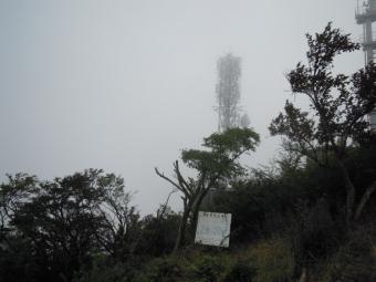 山頂電波塔霧が流れてきて170924