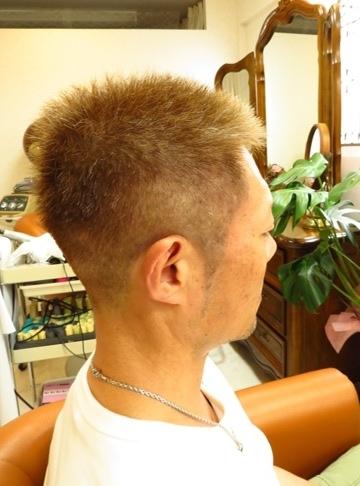 夏の大人のメンズヘアオススメは明るいアッシュ系カラーのベリーショート