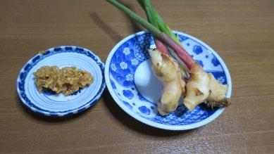 生姜に味噌をつけて食す